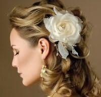 Свадебная прическа для длинных кудрявых волос с цветами.