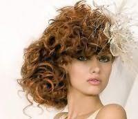 Свадебная прическа для длинных кудрявых волос.