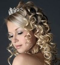 Свадебная прическа с челкой для кудрявых волос с диадемой.