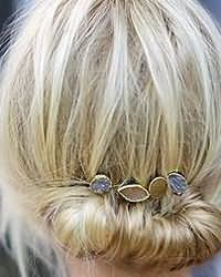 Красиво заколотые короткие локоны