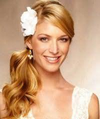 Прическа хвост на бок на свадьбу для средних волос.