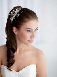 Свадебная прическа хвост на бок для волос средней длины.