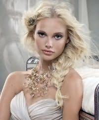 Прическа коса на бок на свадьбу для средних волос.