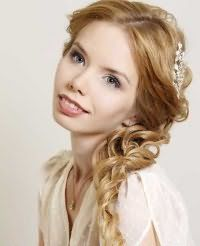 Свадебная прическа локоны на бок для средних волос.