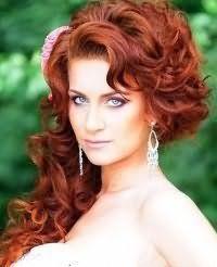 Свадебная прическа локоны на бок для длинных волос.