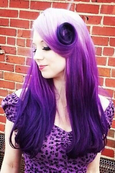 Красота фиолетового омбре, выполненного на светлых прядях, завораживает