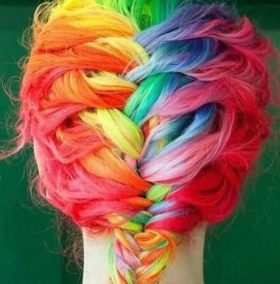 Различные плетения на разноцветных прядях выглядят особенно очаровательно