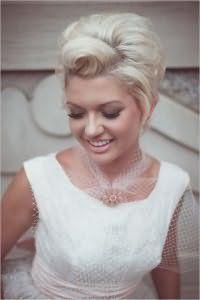 Свадебная прическа в стиле ретро для волос короткой длины.