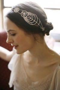 Свадебная прическа с повязкой в стиле ретро.