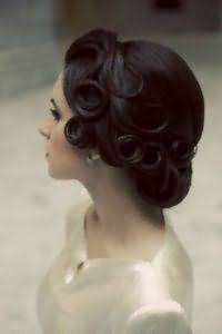 Ретро прическа на средние волосы в стиле ретро.