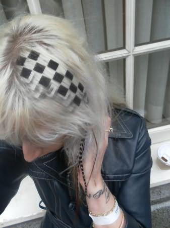 На фото изображена стрижка, в которой футуаж подчеркнул ее рельефность.