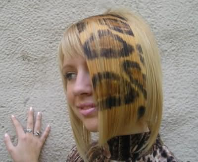 На фото изображена прическа с принтом на ровных прядях в виде леопардового окраса.