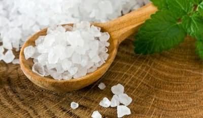 Для домашнего пилинга вам понадобится морская соль мелкого помола и любое питательное масло.