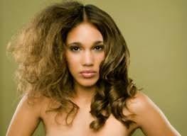 На фото хорошо видна разница между сухими и нормальными волосами