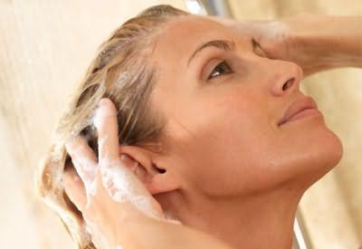 После мытья головы обязательно используйте бальзам, который облегчит расчесывание.