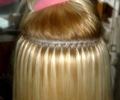 На фото представлено наращивание волос. Уход за ними должен быть более пристальным.