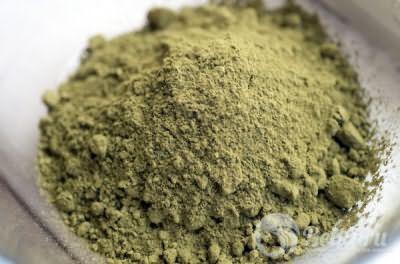 Свежая и качественная хна должна быть зеленоватого оттенка, а если в упаковке оказался продукт красно-рыжего цвета, использовать его нельзя