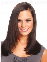 Женская стрижка лесенка для овального типа лица выполняется на прямых волосах длиной до плеч, дополняется мелированнием на темные волосы и укладывается на боковой пробор