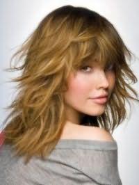 Идея стрижка каскад для длинных волос светло-русого оттенка хорошо будет смотреться с повседневной хаотичной укладкой и густой челкой длиной ниже линии бровей