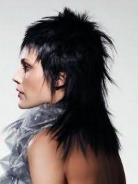 Женская стрижка каскад для длинных волос превосходно дополняется короткой челкой, окрашиванием в черный цвет и дерзкой укладкой на каждый день