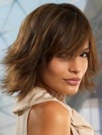 Ультрамодная стрижка каскад для средних волос темно-русого тона дополнит повседневный образ, сочетаясь с челкой на бок и укладкой прядей с использованием лака или мусса