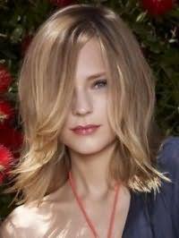 Элегантная стрижка каскад для длинных волос светло-русого оттенка гармонично смотрится с укладкой кончиков с использованием фена и легкого прикорневого начеса