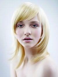 Правильная каскадная стрижка для длинных волос и овальной формы лица, дополненной челкой на бок, изумительно сочетается со светлыми волосами с легким желтым оттенком