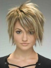 Креативная стрижка, выполненная в технике каскад, станет отличным выбором для обладательниц средних волос, дополненных косой челкой и мелированием в светло-русые оттенки
