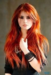 Эффектный образ можно получить, выполнив стрижку лесенка на длинных волосах и дополнив её удлиненной челкой и окрашиванием в огненно-рыжий цвет
