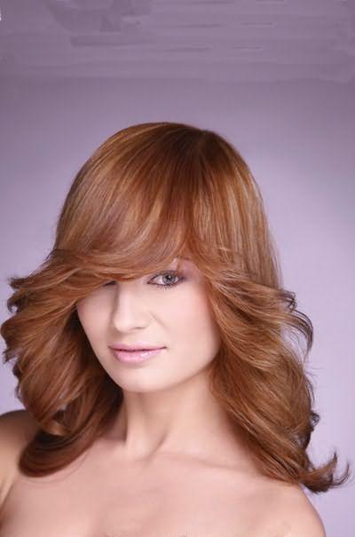 Стрижка рапсодия для волос средней длины придает образу легкость и очарование.