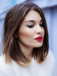 Модная женская стрижка на средние волосы 2017 13