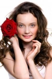 Молодежная стрижка для девушек на волнистые длинные волосы темно-каштанового цвета