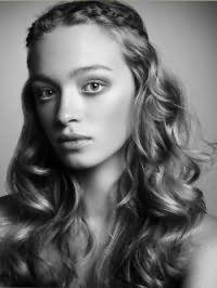 Молодежная женская стрижка для кудрявых длинных волос