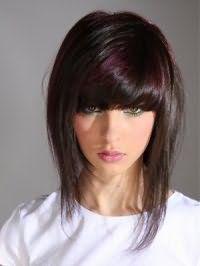 Стильная прическа для подростков на средние волосы с дополнительным объемом и густой челкой идеально подойдет для шатенок и будет гармонировать с мелированием сливового цвета и голубой подводкой для глаз