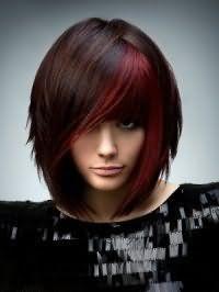 Укладка прически для подростков удлиненное каре с челкой на каштановых волосах с колорированием бордового оттенка дополнит вечерний макияж в темно-серых тонах и будет подходящим вариантом для теплого цветотипа внешности