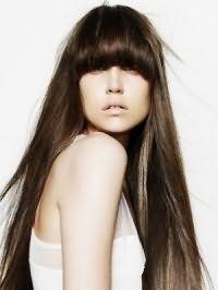 Роскошная прическа для подростков на длинные волосы с густой прямой челкой создаст органичный образ на каждый день в сочетании с легким макияжем в естественных оттенках