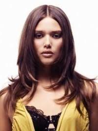 Каштановый цвет волос хорошо смотрится на стрижке лесенка для девочек подростков с длинными волосами, и гармонирует с вечерним макияжем в серой и коричневой гамме для обладательниц теплого цветотипа внешности