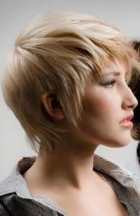 Короткая стрижка для тонких волос с рваными прядями и короткой челкой хорошо смотрится на светлых волосах и гармонирует со стрелками на глазах и розовым блеском для губ