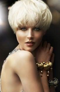 Роскошный образ поможет создать стрижка боб для тонких волос рыжеватого оттенка с прямой челкой, дополненной мелироваными прядями, в сочетании с макияжем в коричневой гамме