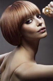 Стрижка для прямых тонких волос каре с ровной челкой хорошо дополняется колорированием в светлых тонах и сочетается с серыми тенями для глаз и помадой сиреневого оттенка