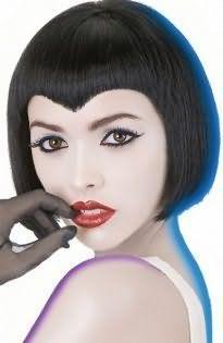 Хорошим вариантом для офисного стиля станет стрижка для коротких тонких волос каштанового оттенка с густой прямой челкой в тандеме с дневным макияжем