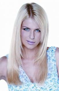 Отличным вариантом для блондинок станет стрижка лесенка для тонких длинных волос, которая сочетается с макияжем глаз в черных тонах и сиреневым блеском для губ