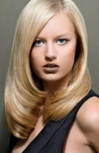 Пшеничный цвет на стрижке для тонких волос отлично смотрится с укладкой в виде завитых внутрь кончиков и гармонирует с макияжем в коричневой гамме для теплого цветотипа внешности
