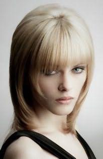 Отличным вариантом для тонких волос станет стрижка шапочка с длинными прядями и короткой рваной челкой, которая станет идеальным вариантом для прядей каштанового цвета