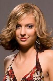 Платиновый блонд на короткой стрижке с дополнительным объемом для тонких волос станет хорошим вариантом для обладательниц зеленых глаз и подходит теплому цветотипу внешности