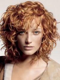 Великолепная стрижка для тонких волос с волнистыми прядями рыжего оттенка в виде удлиненного каре дополняется дневным макияжем в естественных оттенках для теплого цветотипа внешности