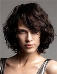 Тонкие волосы темно-русого оттенка преображаются со стрижкой каре с удлиненной челкой на бок и гармонируют с естественным макияжем зеленых глаз, который сочетается с помадой розового тона