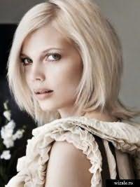 Отличным вариантом для блондинок станет стрижка лесенка для тонких волос на среднюю длину с боковым пробором, которая сочетается с макияжем в коричневой гамме