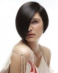 Креативный вечерний образ в виде гармоничного тандема асимметричной короткой стрижки для тонких волос черного оттенка с удлиненной челкой на бок и макияжа в мерцающих цветах