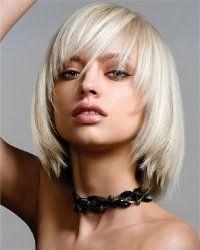 Пряди оттенка блонд отлично смотрятся на стрижке для тонких волос с рваными концами, челкой и гармонично дополнят образ в сочетании с макияжем в коричневой гамме для обладательниц голубых глаз